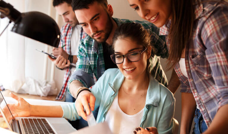 Группа людей изучает продвинутый английский