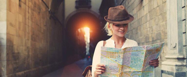 Турист изучает карту