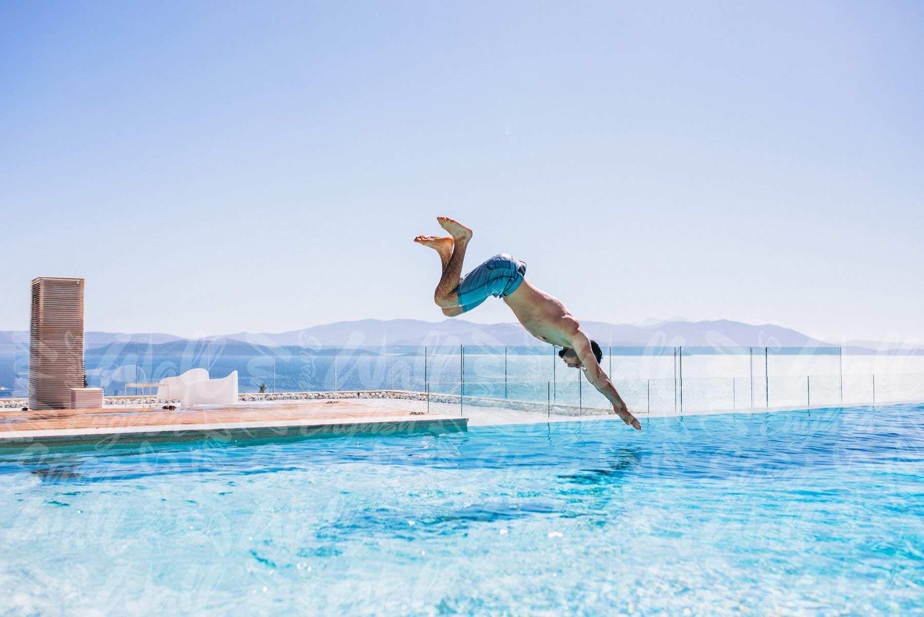 картинки как прыгают в бассейн его концертах певице